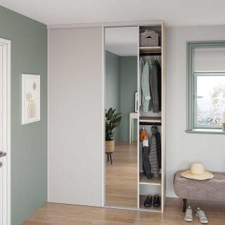 Dressing sur mesure d'entrée avec portes coulissantes miroir couleur bois clair et blanc mat de style slowlife