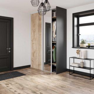 Dressing sur mesure d'entrée avec portes coulissantes miroir couleur noir et bois rustique de style urban rustic